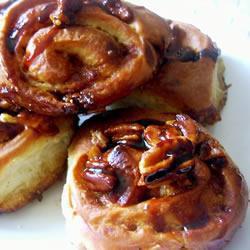 Ночные булочки с карамельным сиропом и орехами