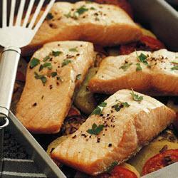 Запеченный лосось с картофелем, помидорами и баклажанами
