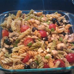 Греческий салат с макаронами и грибами