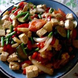 Тофу с чесноком и овощами