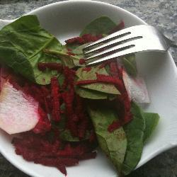 Зеленый салат с сырой редькой и свеклой