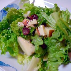 Зеленый салат c фруктами, орешками и лимонно-маковой заправкой