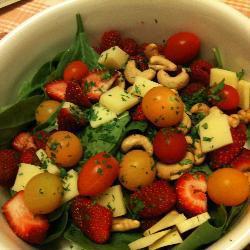 Салат из шпината и красных ягод