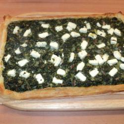 Пирог из замороженного шпината с фетой на слоеном тесте