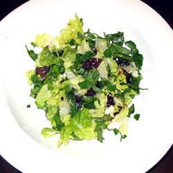 Зеленый салат с брынзой и свеклой
