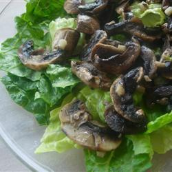 Зеленый салат с жареными шампиньонами
