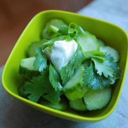 Салат из огурцов с сельдереем и кинзой