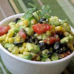 Салат из авокадо, с маслинами и кукурузой