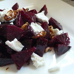Салат из свеклы с козьим сыром и грецким орехом