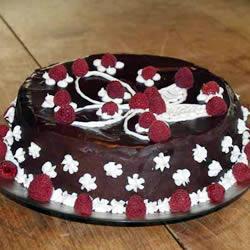 Шоколадный торт с малиновой начинкой