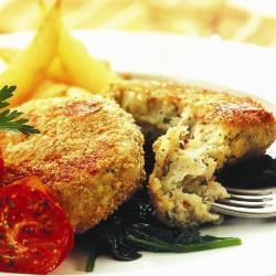 Рыбные котлеты с вареной картошкой и песто