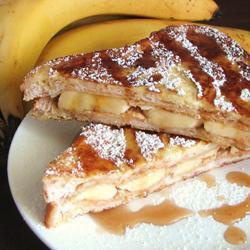 Гренки с бананом и арахисовой пастой