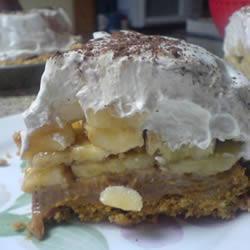 Пирог из печенья с бананами, вареной сгущенкой и взбитыми сливками