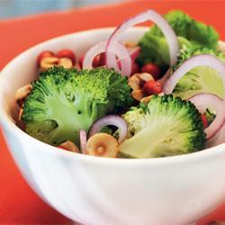 Салат из брокколи с клюквой и фундуком