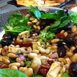 Салат с фасолью, шпинатом и моцареллой
