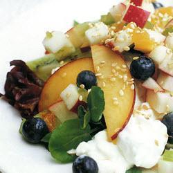Фруктовый салат с сельдереем и сыром