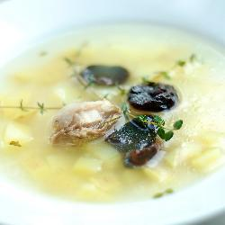 Куриный суп с рисом, пореем и черносливом