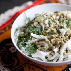 Салат из кальмаров с горошком