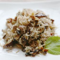 Коричневый рис, жаренный с баклажанами и орехами