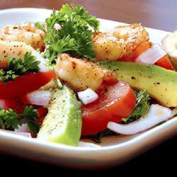 Аппетитный салат с креветками и помидорами