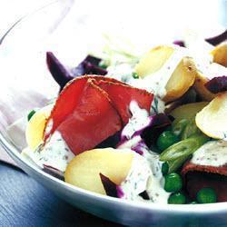 Теплый салат из молодого картофеля со свеклой и бастурмой
