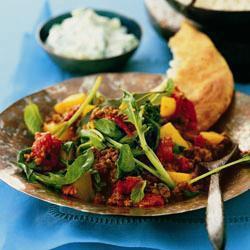 Индийское карри из фарша и картофеля с огуречной раитой