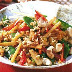 Азиатский салат с рисом и побегами бамбука