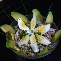 Салат из консервированного тунца с авокадо
