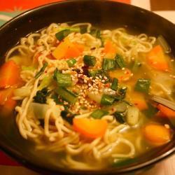 Овощной суп с лапшой рамен и пастой мисо