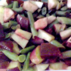 Салат из маринованной свеклы с зеленой фасолью и яблоком