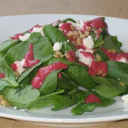 Салат из шпината со свекольной заправкой, орехами и козьим сыром