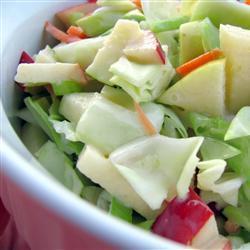 Капустный салат с яблоком и сладким перцем