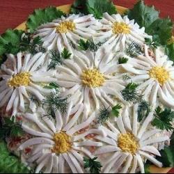 Слоеный салат Ромашка
