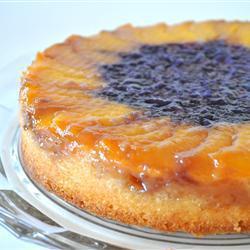 Пирог-перевертыш со сливами и черникой