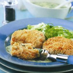 Картофельные биточки с лососем и соусом из петрушки