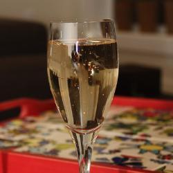 Коктейль с шампанским, джином и персиковым ликером