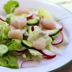Зеленый салат с гребешками
