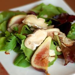 Салат с миндалем и инжиром