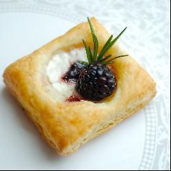 Пирожное из слоеного теста со сливочным сыром