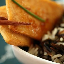 Жареный тофу с диким рисом.