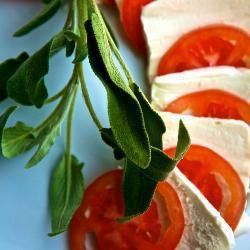 Салат из томатов c моцареллой с шалфеем.
