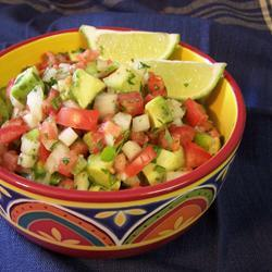 Мексиканский салат с авокадо, помидором и сладким перцем