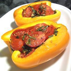 Перец фаршированный помидорами черри, чесноком и базиликом