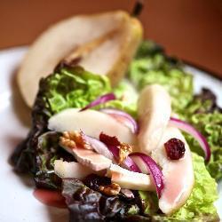 Зеленый салат с грушей и бри