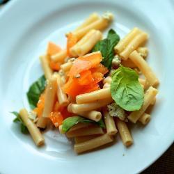 Салат из пасты и помидоров