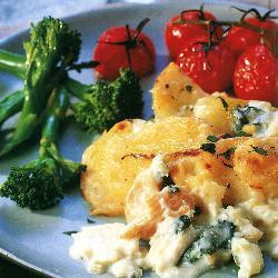 Картофельный гратен с окунем и помидорами черри