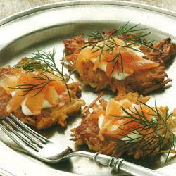 Картофельные оладушки с копченой семгой