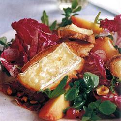 Листовой салат ассорти, персик и гренки с сыром бри