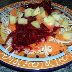 Салат из сырой свеклы, яблока и корня сельдерея