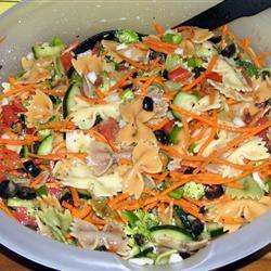 Летний салат из макарон с овощами